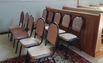 Egyházi hírek: új székek kerültek a helyi templomba